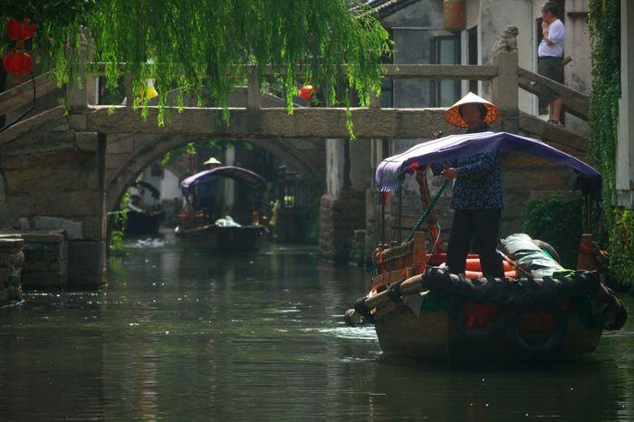 周庄にも遊覧船があり、小さな橋の下をくぐりながら水路をゆったりと進んで行きます。朱家角では大きな運河が目立ちましたが、周庄は建物に挟まれた細い水路が多い印象です。