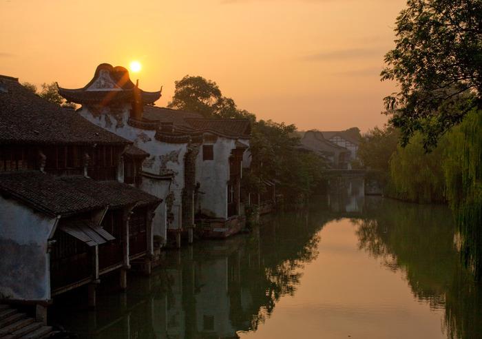 上海近郊の朱家角・周庄・西塘・烏鎮という4つの水郷をご紹介してきましたが、いかがでしたか?水路に沿って並ぶ古い建物が、ノスタルジックで非常に美しいですよね。またどの水郷にもそれぞれ違った個性がありますので、水郷巡りを楽しむのもおすすめですよ。上海を訪れる際は、ぜひお好みの水郷に立ち寄ってみてくださいね。