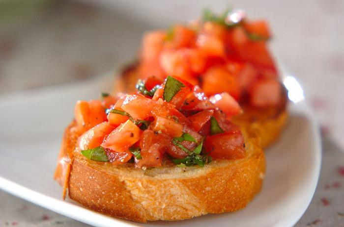 オリーブ油を塗って焼いたフランスパンにニンニクをこすりつけ、フレッシュなトマトやバジルをオン。 オシャレな一品に様変わり!