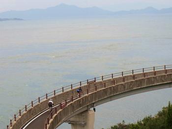 しまなみ海道(尾道・今治)では、3月から4月にかけて昼間の最高気温が20℃を超えてくるようですが、橋の上などは風も強く寒く感じられます。朝晩も冷えますのでウインドブレーカーなどを持参するといいですね。