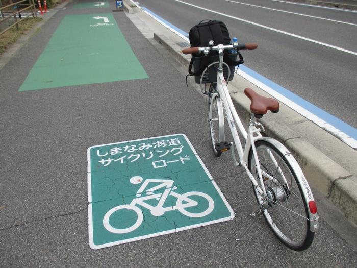 自転車で全線走破する場合は、初心者ですと10時間程度かかるようですので、ゆとりをもった1泊2日がおすすめ。ちなみに自転車用の道しるべのブルーラインが道路に引いてありますので、道に迷うこともありません。