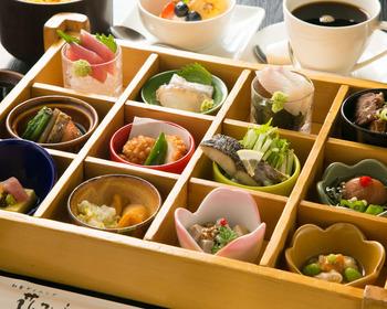 ランチの一番人気はこちらの「花かぐら弁当」。12品の料理に鮭ご飯、汁椀、デザートがつきます。