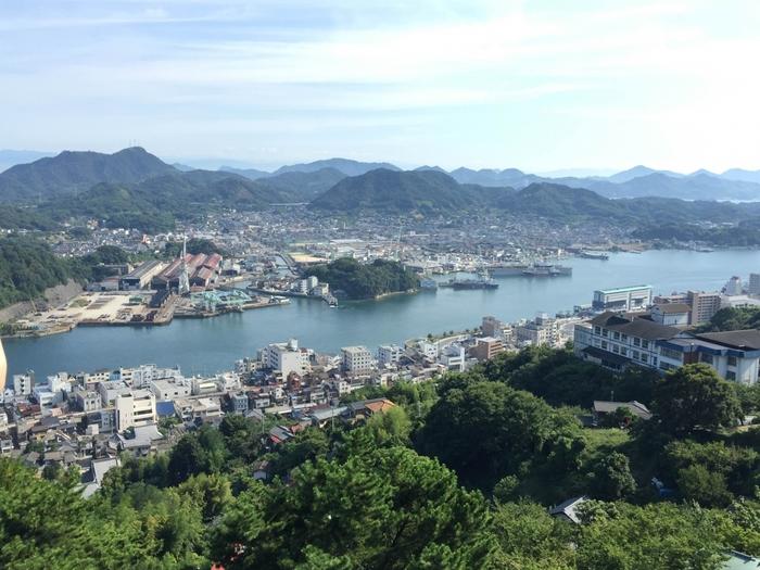 「千光寺公園」は尾道観光の代表的スポット。しまなみ海道や尾道大橋、向島などをはるかに見渡すことができます。車でも行けますが、ロープウェイで登るのがおすすめです。「さくらの名所100選」「夜景100選」にも選ばれています。