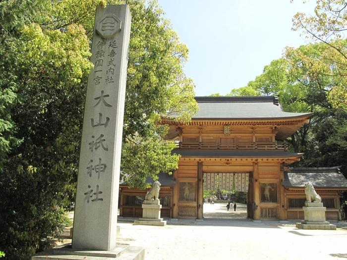 「大山祇(おおやまづみ)神社」は、全国にある山祇神社の総本社。パワースポットとして、しまなみ海道でも有数の観光スポット。境内には、ご神木である樹齢2600年の大楠が鎮座し、神聖な空気に包まれています。
