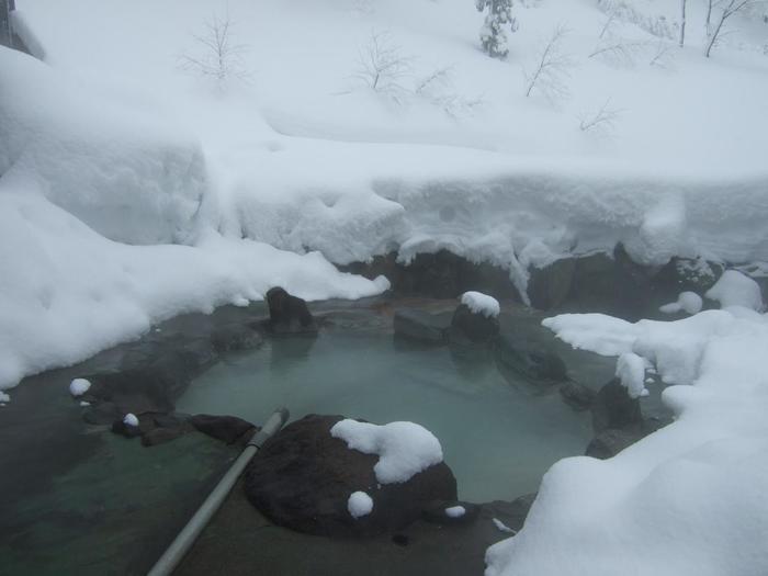 """先達川の川岸に建つ「孫六温泉」。  異なる5種類の温泉はそれぞれに効能が異なり、万病に効くとして古くから""""山の薬湯""""と親しまれています。"""