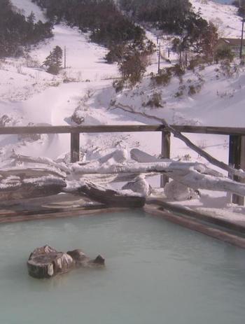 「万座温泉 日進館」には9つの天然温泉があります。白濁の効能豊かな湯と雄大な雪景色。万座ならではの醍醐味。 【画像は万座温泉日進館の「極楽の湯」】
