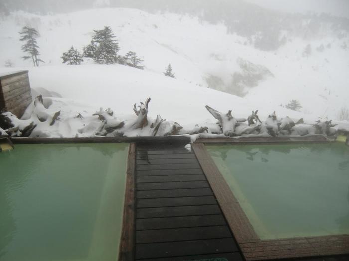 """こちらは「万座ホテル聚楽」の露天風呂。  高原の地にある「万座温泉」。昼は、山々の雪景色を眺めながら。 夜は""""満天の星空""""を眺めながら、天然温泉が満喫できます。"""
