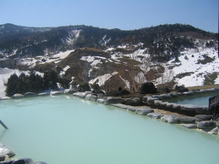 スキーやスノボ。でも温泉を思いっきり満喫したい!のなら「万座プリンスホテル」へ。乳白色に濁った湯に浸かりながら、白銀の世界を眺めましょう。【画像は、露天風呂「こまくさの湯」】