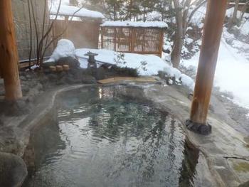 山懐に抱かれて、静寂と湯を楽しむのなら、「谷川温泉」へ。  【画像は「金盛館せゝらぎ」の露天風呂】