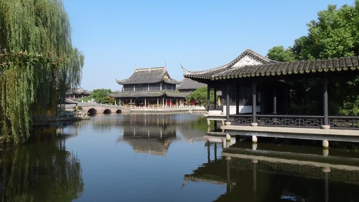 周庄南部の白蜆湖のそばには、「全福寺」というお寺があります。1086年に創建されたのですがその後破壊されてしまい、1995年に再建したのだそうです。周庄の町並みは細い水路が印象的ですが、ここは開けた空間となっており、静かで穏やかな時間が流れています。