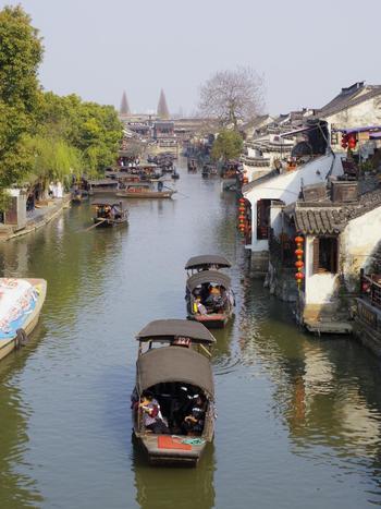 西塘は4大水郷の中でも比較的マイナーなスポットでしたが、2006年に公開された映画『ミッション:インポッシブル3』のロケ地となったことで一躍有名になりました。それでも他の水郷と比べると観光地化され過ぎていないので、昔ながらの風景を楽しみたいという方に特におすすめです。