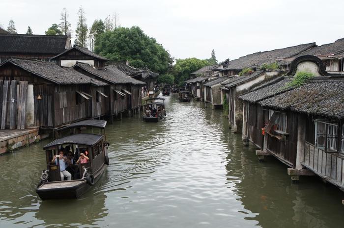 烏鎮は4大水郷の中でも特に歴史が古く、なんと約1300年前に形成された町なのだそうです。他の水郷では赤提灯や白壁が目立ちますが、烏鎮は木造の建物が多く、質素で素朴な雰囲気ですよね。