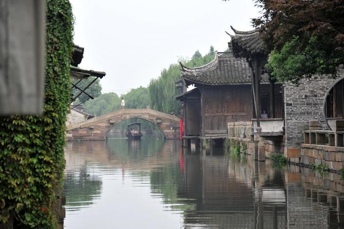 最後にご紹介するのは、上海市街から車で約2時間の場所に位置する「烏鎮(ウーヂェン)」という水郷です。4大水郷の中では最も遠いのですが、規模が大きく見どころが盛りだくさん!また、「東柵」と「西柵」という2つのエリアに分かれているのも特徴的です。