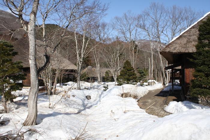 平家の落人伝説が残る「湯西川温泉」には、平家に因む施設や祭があります。  画像は、「平家の里」。落人らの生活様式を保存継承するために復元された観光施設です。