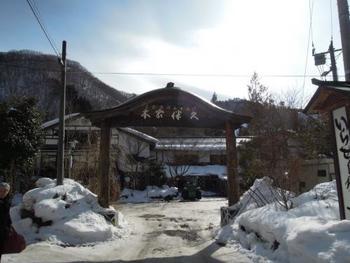 「湯西川温泉」の名旅館「本家伴久」。  旅館の露天風呂は、源泉掛け流しの川床露天風呂。シンシンと降り積もる雪と、清流の流れ、渓谷の景観が楽しめる温泉です。