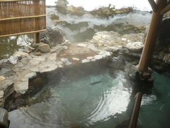 本家伴久の風呂は、男女露天風呂と男女内風呂の他に、貸切の露天風呂が3ヶ所あります。  静寂で野趣あふれる雪景色は、「湯西川温泉」ならではの眺めです。