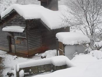 """紹介した「雪見露天風呂」はいかがでしたか。今記事では、東日本からピックアップしましたが、東日本に限らず日本国内には他にも""""雪見""""が楽しめる温泉地・温泉宿が数々あります。  露天風呂は、ライトアップされた夜も良いものですが、雪景色を楽しむのであれば、日中の明るい陽ざしの下の方おすすめです。宿泊するのが無理であれば、日帰りでも十分に""""雪見""""を堪能することができます。  紹介した温泉地にもありますが、現在は、食事付きの宿泊がメインであっても""""日帰り入浴""""が可能な温泉宿が沢山あります。旅のスケジュールや予算に合わせて、冬の季節ならではの「雪見露天風呂」をぜひ楽しんで下さい。  【画像は、乳頭温泉郷の「孫六温泉」の川岸の湯屋。】"""