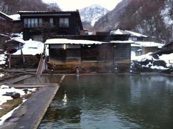 温泉プール「泳ぎ湯」は、裸でも水着でも入浴可能。15m☓10mの大きな湯船を満たすのは源泉掛け流しの温泉。 滑り台もあり、子供も楽しめる温泉です。