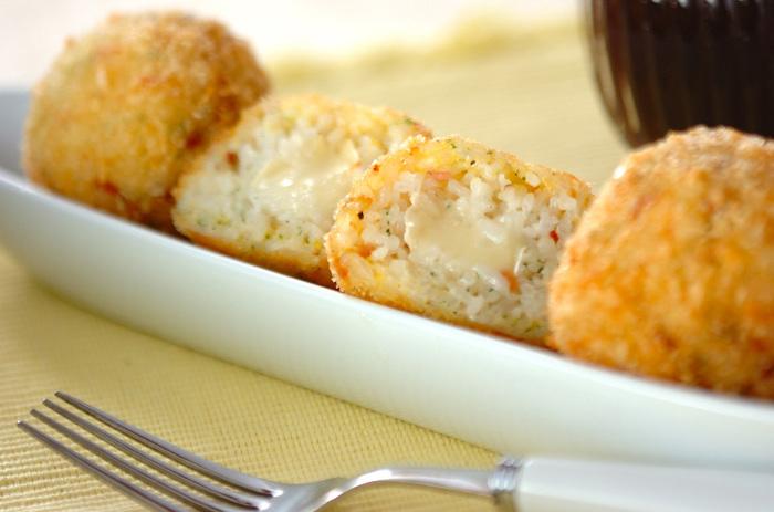中からとろとろのチーズが出てくるライスコロッケです。難しそうなイメージがありますが、意外と簡単にできますのでぜひトライしてみてください。