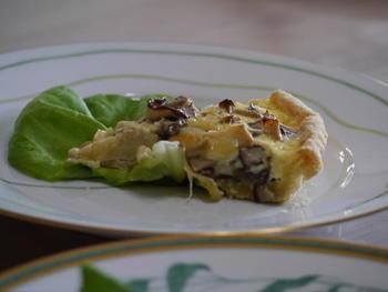 キッシュ生地は、お手軽に冷凍パイシートを利用しても良いですね。数種類のキノコを入れて、香りと味わい、食感を楽しみます。