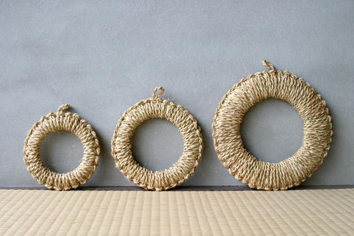 新潟県佐渡島で、一つ一つ職人さんの手で作られている丈夫な鍋敷きです。わっか付きで、台所に吊るしておけるのも便利です。