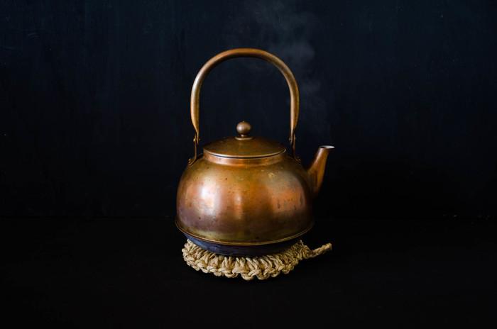 重い鍋ややかんにも安心して使えます。長く使っていくと茶褐色に変化していき、日に日に味が出てくるのも良いですよね。