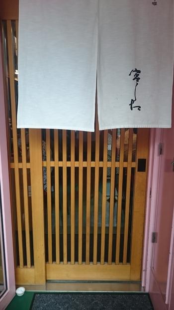 神楽坂のメイン通り、賑やかな早稲田通りに面したお店です。ビルの2階にあるのでちょっと見つけにくいかも。毘沙門様が近いので、目印に向かうと良いかもしれません。