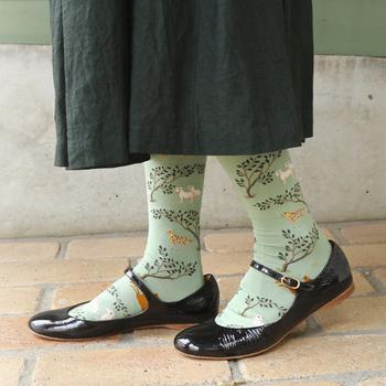 フランスのソックスブランド「Bonne Maison(ボンヌメゾン)」のテキスタイルが可愛らしいアニマル柄ソックス。うさぎ・やぎ・ひつじなど穏やかな動物たちが描かれています。若草色も春らしくてキレイですよ。
