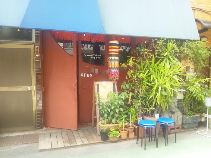 賑やかな南米を思わせる色使いと小物が出迎えてくれる、ブータン料理のお店です。