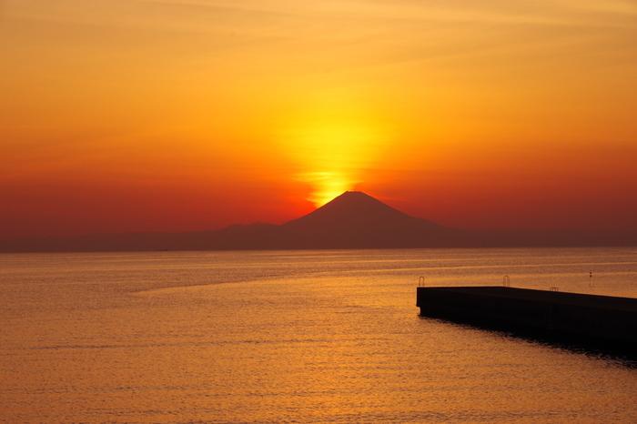 千葉県館山市、富士山の奥に沈む夕日。 一面をオレンジ色に染める夕日は、夕日百選に選ばれています。