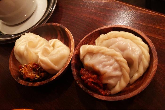 ブータンの餃子料理ともいえる「モモ」。 真ん中のソースが激辛になっています。