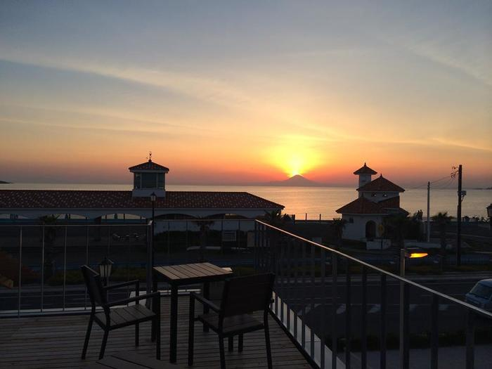 館山市にあるカフェ「SEA DAYS COFFEE」の2階・テラス席からも北条海岸の夕日を眺めることができます。
