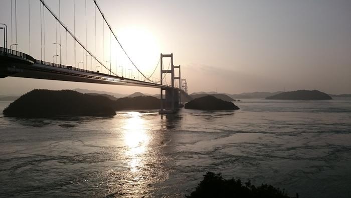 今治のあとは大島へ。何気なく行きかう船の光景も絵になってしまいますね。今治から大島をつなぐ来島海峡大橋。