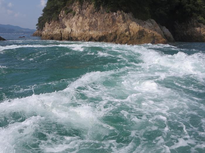 「来島海峡急流観潮船」で潮流を真近に体験。スリル満点。今治造船所や歴史的に有名な村上水軍の居城跡「来島」、来島海峡大橋を海から見ることも!
