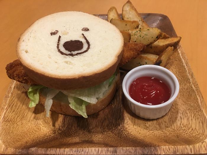 プレートのライスがしろくまさんだったり、ロールケーキがパンダ君だったり、楽しいメニューがいっぱい!可愛過ぎて食べるのがもったいなくなりそう...。こちらは「グリズリーカツサンド」です。