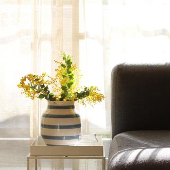 デンマーク、ケーラーのオマジオフラワーベース。あたたかみあるボーダー柄で、お花のカラーとの組み合わせも楽しめます。個性あるフラワーベースはインテリアのアクセントとして、お部屋にインパクトを与えます。