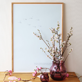 ボルドーのガラスベースに桜の枝を生けて春満載のコーナーに。サイズ違いのフラワーベースを並べれば、お花を生かした世界観がぐっと広がります。
