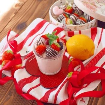 ミキサーやフードプロセッサーに材料を順に入れて混ぜるだけで、イチゴのフレッシュな味わいで幸せ気分になれる美味しいムースができますよ。