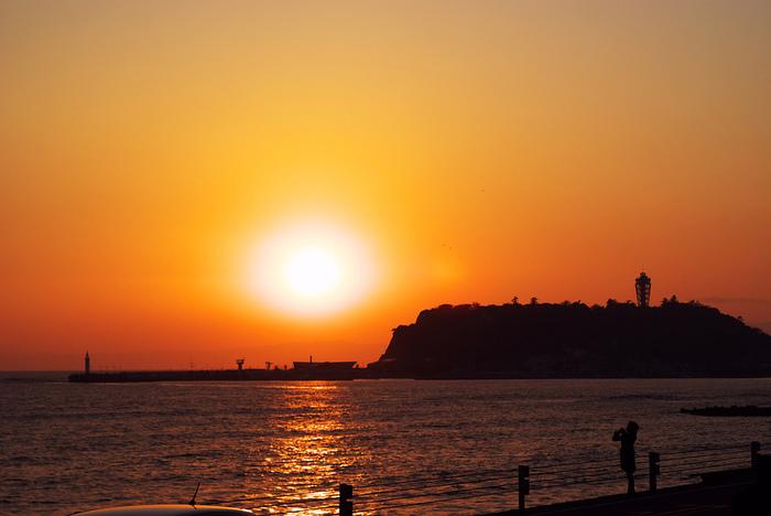 神奈川県で有名な夕日スポット、鎌倉高校駅前。 江ノ島に落ちていく、夕日が望めます。