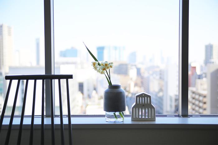 窓辺の縁にお花を置けば、風景とともにお花を楽しめます。デザイン性あふれるフラワーベースを使えば、まるでアートのよう。陶器とガラスの組み合わせのベースに可憐な花を生けて。