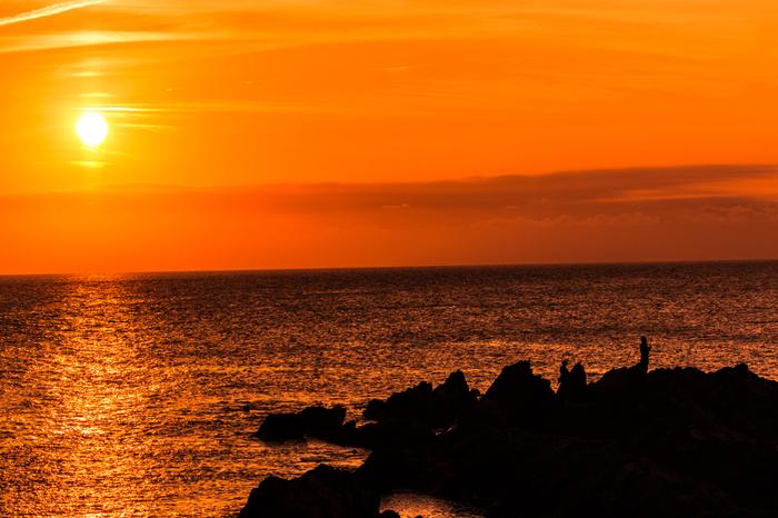 海を黄金色に、空を茜色に染め上げる島の夕陽。 一日あった悪いことも忘れてしまいます。