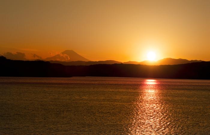 海ではなく、湖を染める夕日スポット。 富士山をバックに沈む様子も見惚れてしまいます。