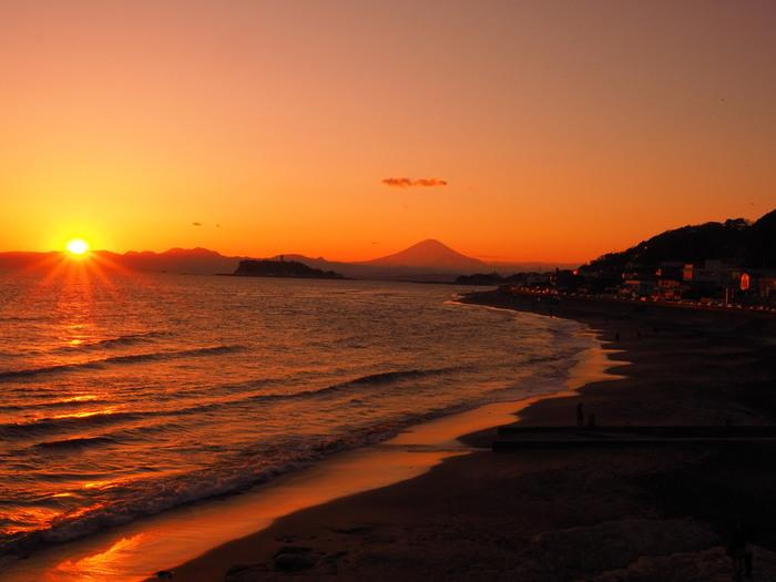日本中を茜色に染める「夕陽」。自然と合わさった、絶景ポイントは日本中に存在します。 限られた時間にしか見ることができない夕陽の美しさを、ぜひ満喫してください!