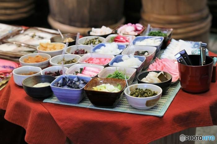 京都の食文化のひとつ、お漬物。良質で個性的な京野菜から生まれるお漬物は、その野菜本来の食味や色彩をそこなわずまさに「はんなり」といった味わい。少し酸味の効いたあっさりとした風味はご飯のおともというよりは献立の一品。お茶漬けにも欠かせない存在となっています。