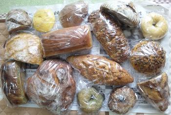 クルミやカボチャの種など季節の素材を使ったパンもおすすめです!