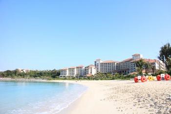 部瀬名岬全体がホテルの敷地という、沖縄で最も有名で最高級のリゾートホテル、ザ・ブセナテラスのビーチです。 2000年沖縄サミットのメイン会場となりました。