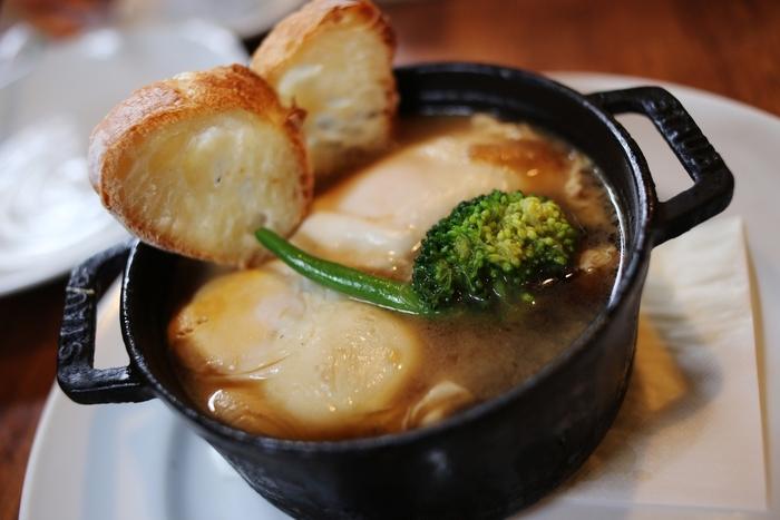 愛知県は西のはずれ、蟹江町にあるカフェを併設したパン屋さん「Pont-l'Eveque(ポンレヴェック)」は、ココット料理と絶品バゲットが味わえる人気店です。