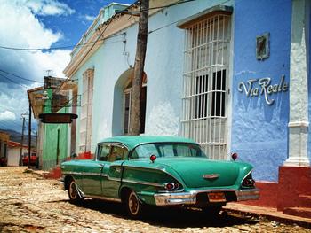 街並みや車など、青空に映える独特の色合いがキューバらしい。