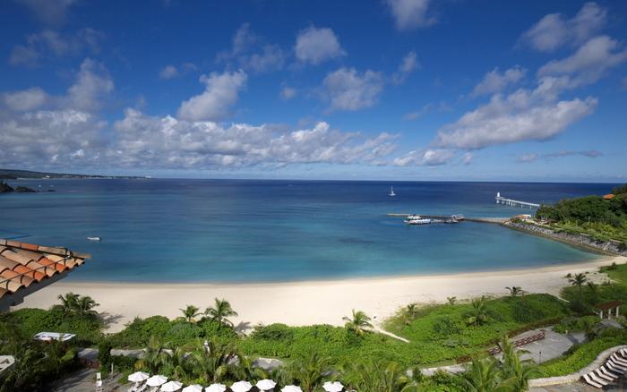 真っ白な砂浜を取り囲むようにパームツリーが並ぶ風景はまさにリゾート地!ブセナビーチは、恩納村と名護市の境界付近に位置あります。観光地へも近いのでとっても便利ですよ☆