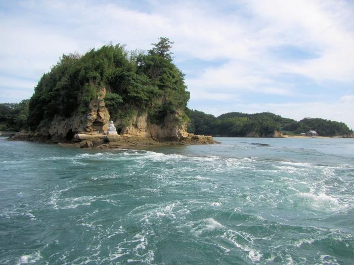 大島から伯方島へ渡るには、伯方・大島大橋を通ります。ここでも一味違った潮流体験ができますよ。日本最大の海賊と言われた能島水軍の本拠地、宮窪瀬戸。この渦を味方につけた水軍の戦の術を体感してみてください。